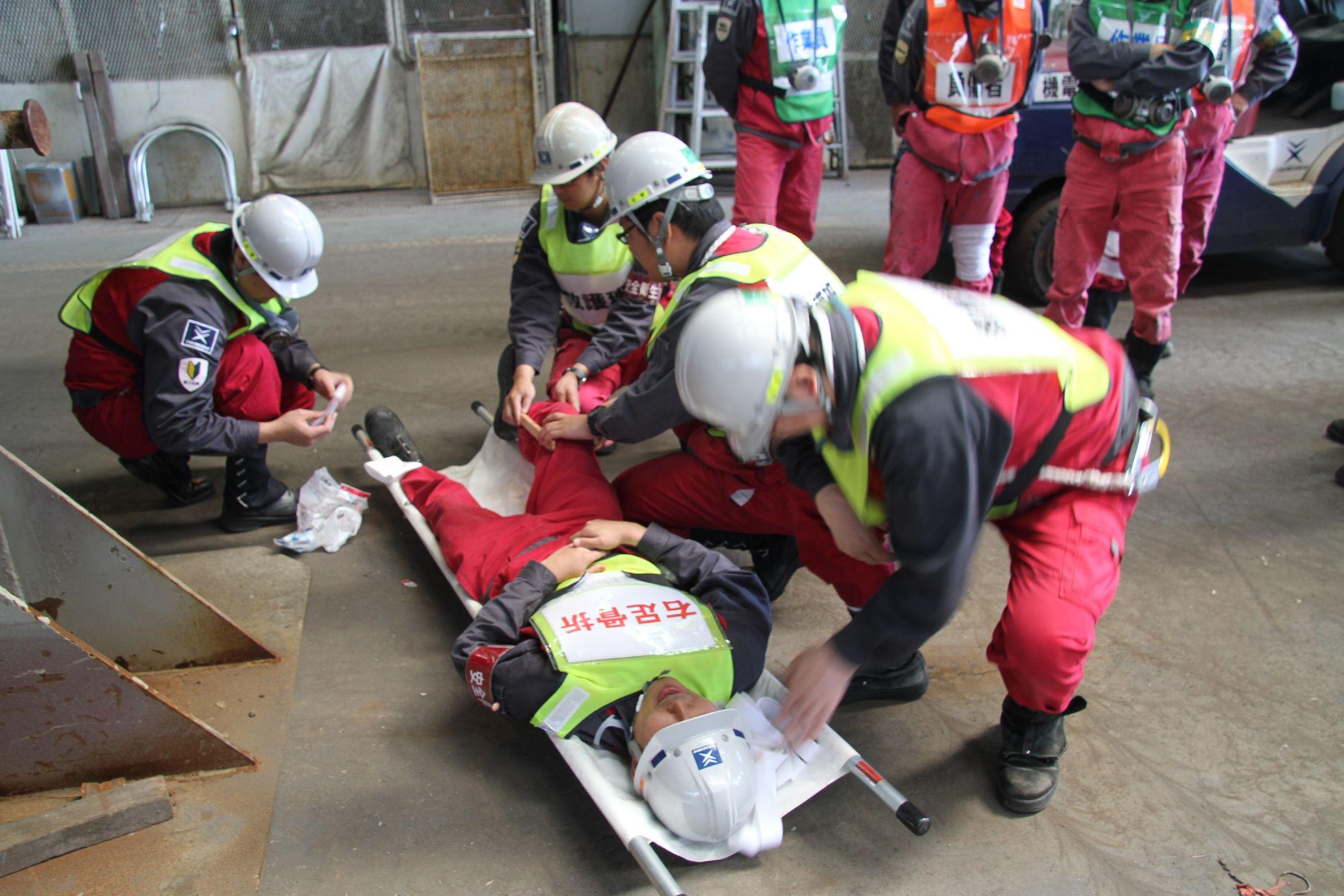 用担架搬送需要救助的人员