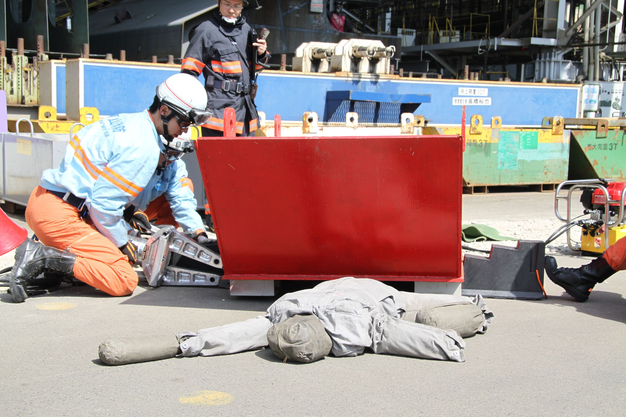 救护车出动,救出腿被卡住不能动的人(假人)