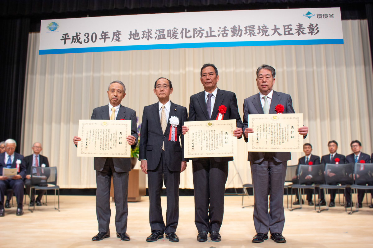 左起: MTI田中康夫总经理、环境省原田义昭大臣、日本邮船丸山英聪专务、本会社河野健二总经理