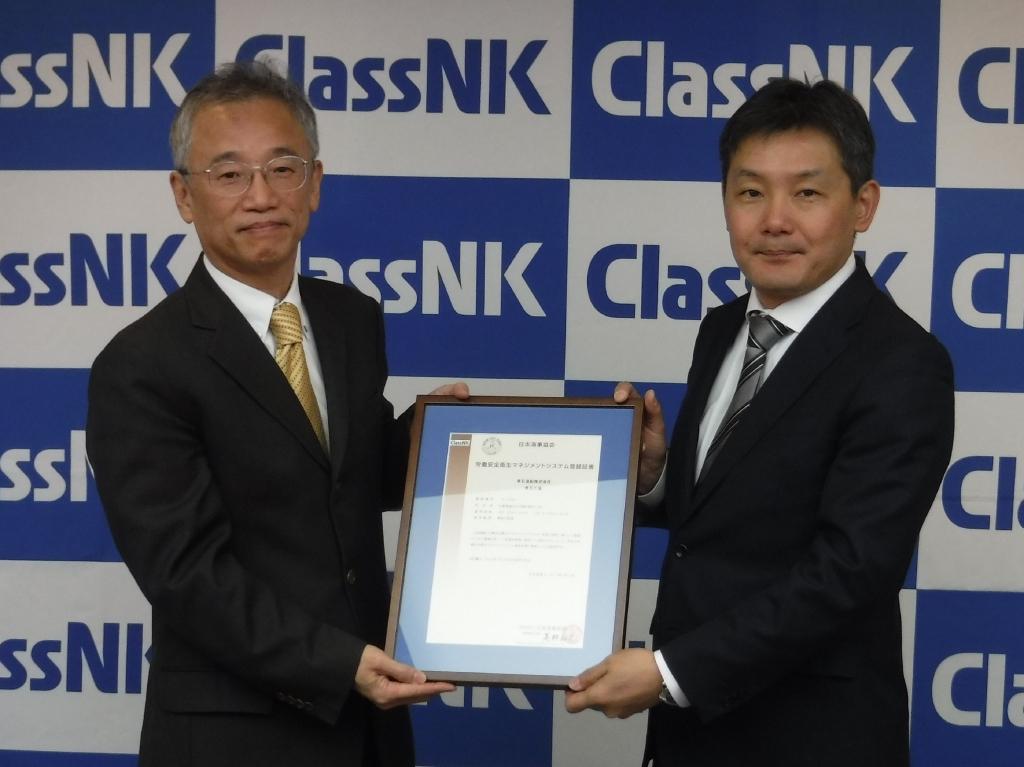 日本海事协会高野裕文常务董事(左)和常石工厂芦田琢磨厂长