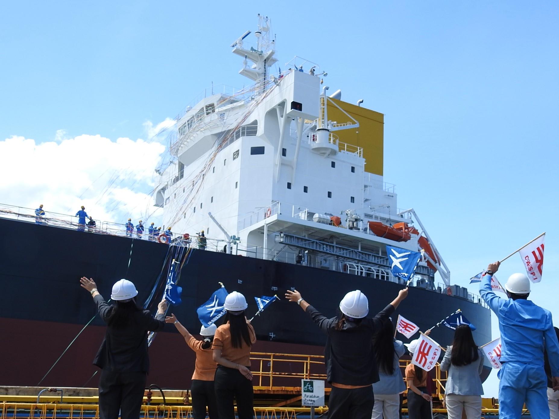 目送已竣工的第300艘船