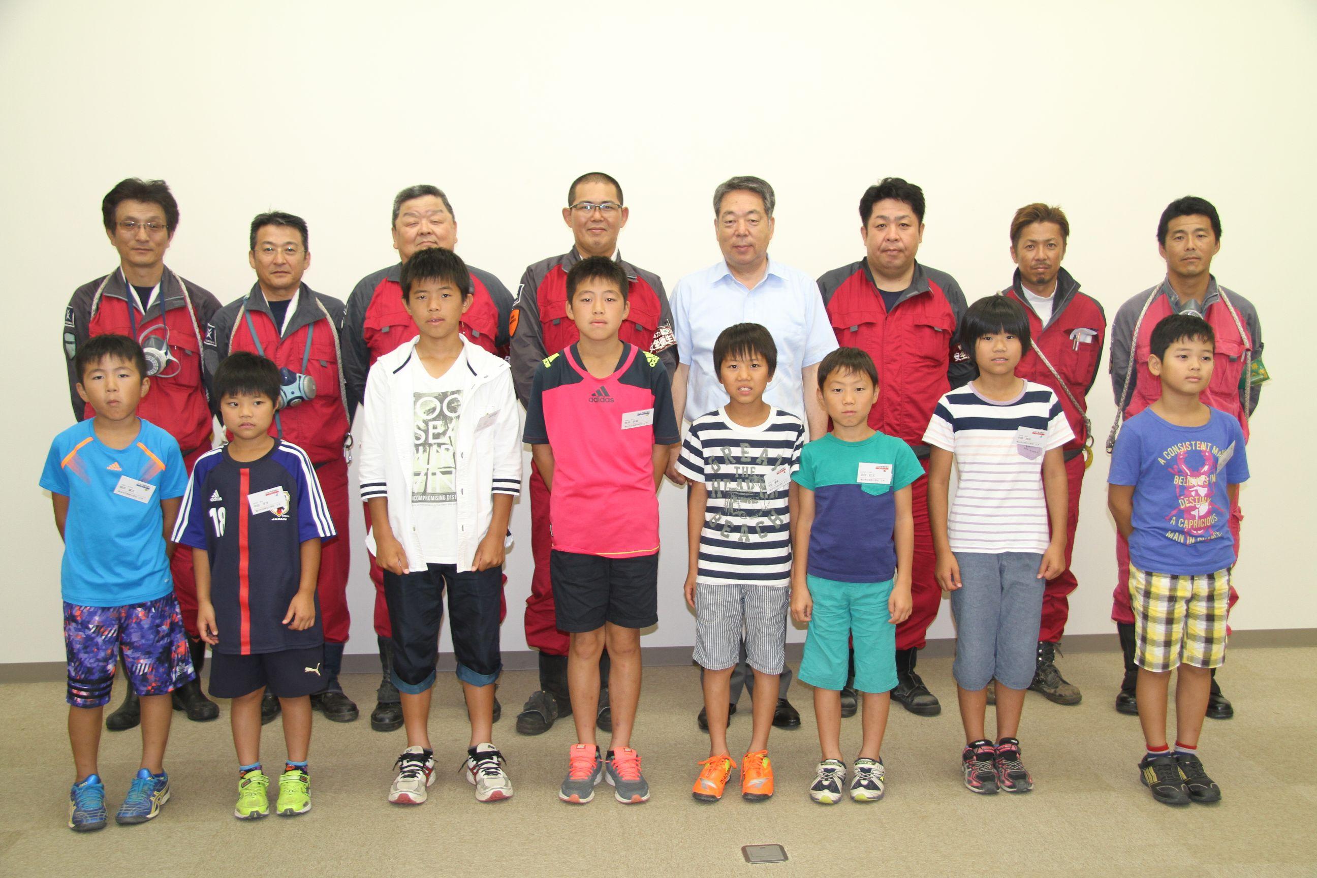 河野健二社長、川北雅弘取締役・工場長と協力会社の社長と参加した子ども達