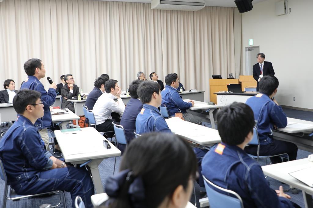 常石造船の社員と広島大学の先生方が研究の進め方や成果について対話