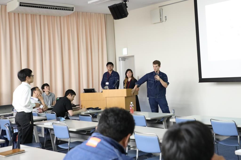 研究の成果について対話するCMUの学生と常石造船の社員
