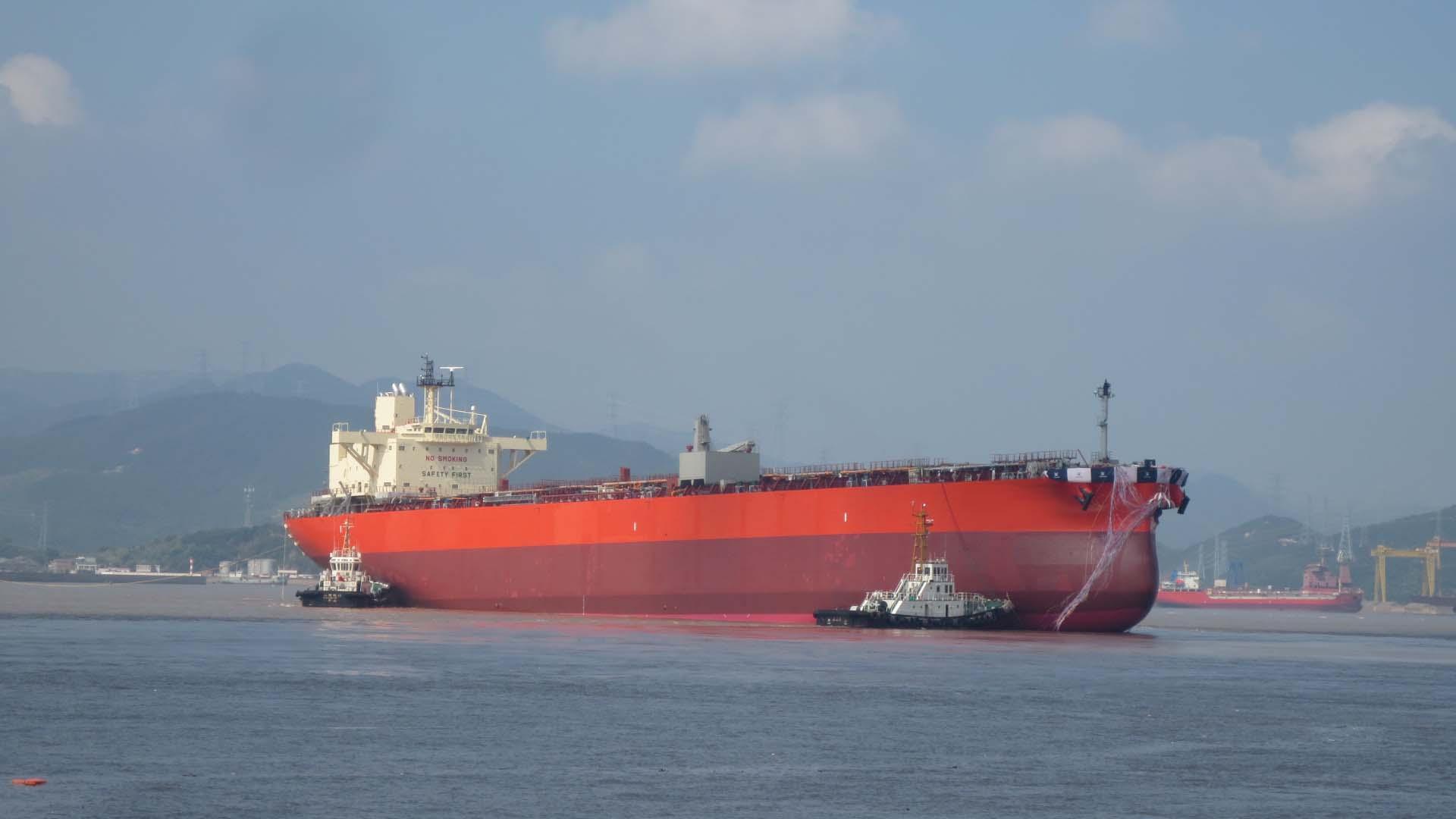 進水する77,000MT型プロダクトタンカー