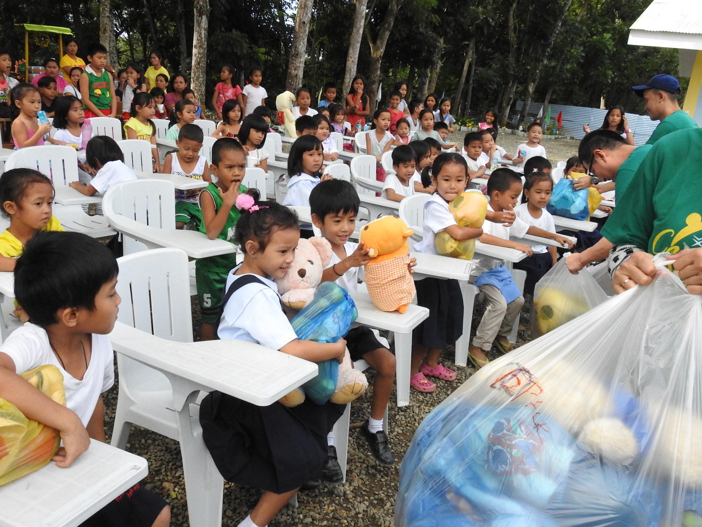 衣類や玩具などを渡された子供たち