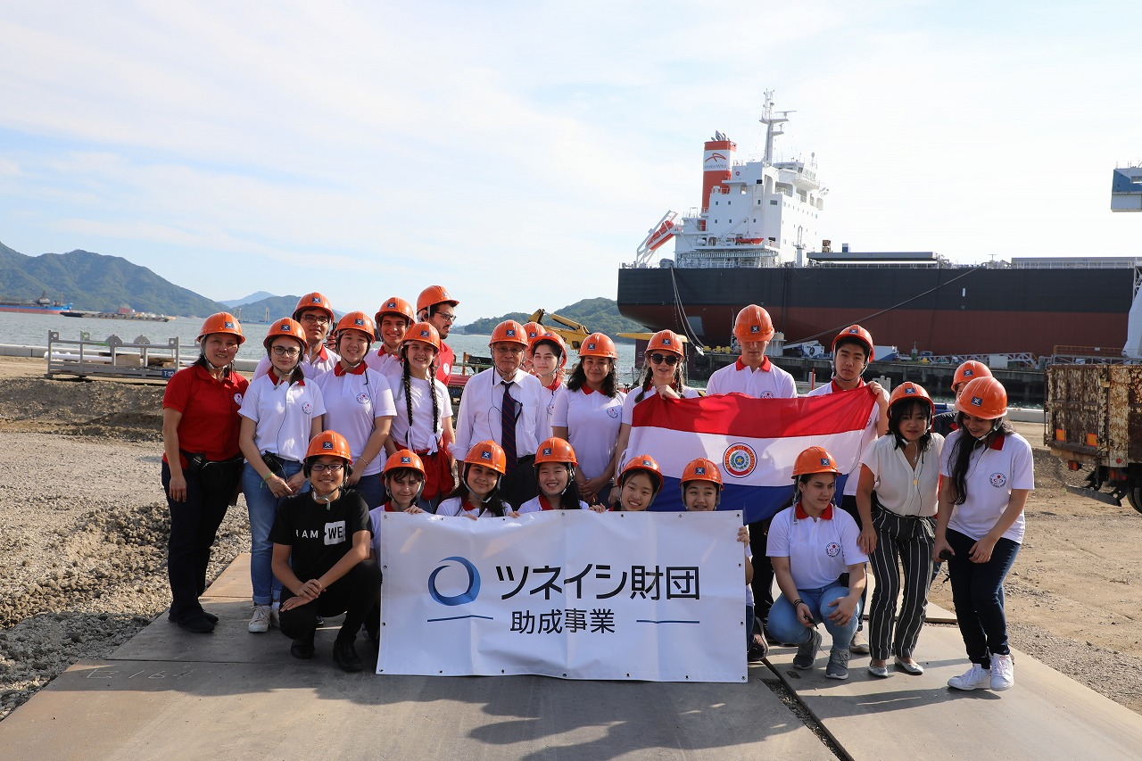 """常石造船を見学する""""日本パラグアイ学院""""の皆さん"""